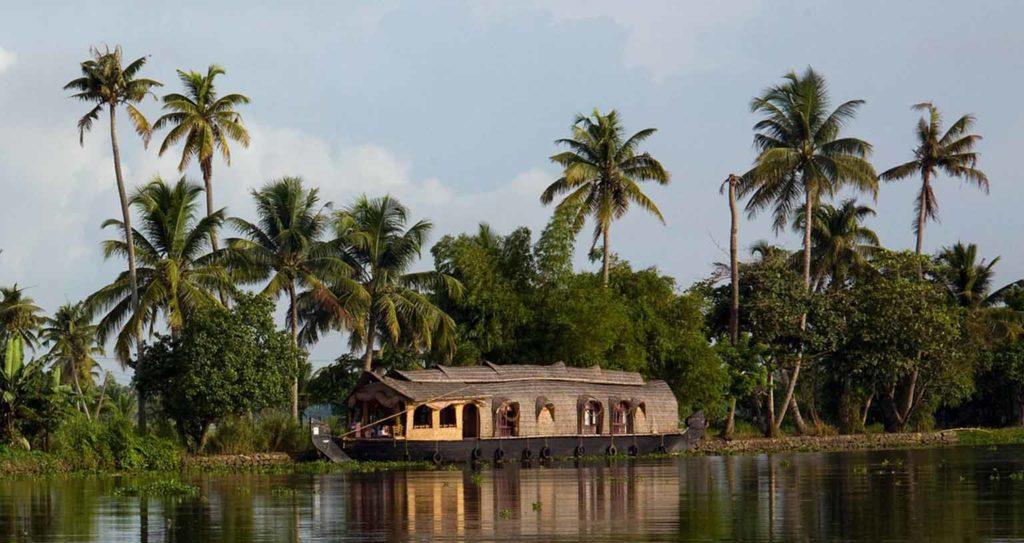 indien-kerala-strand-fischerboot-palmen-muell