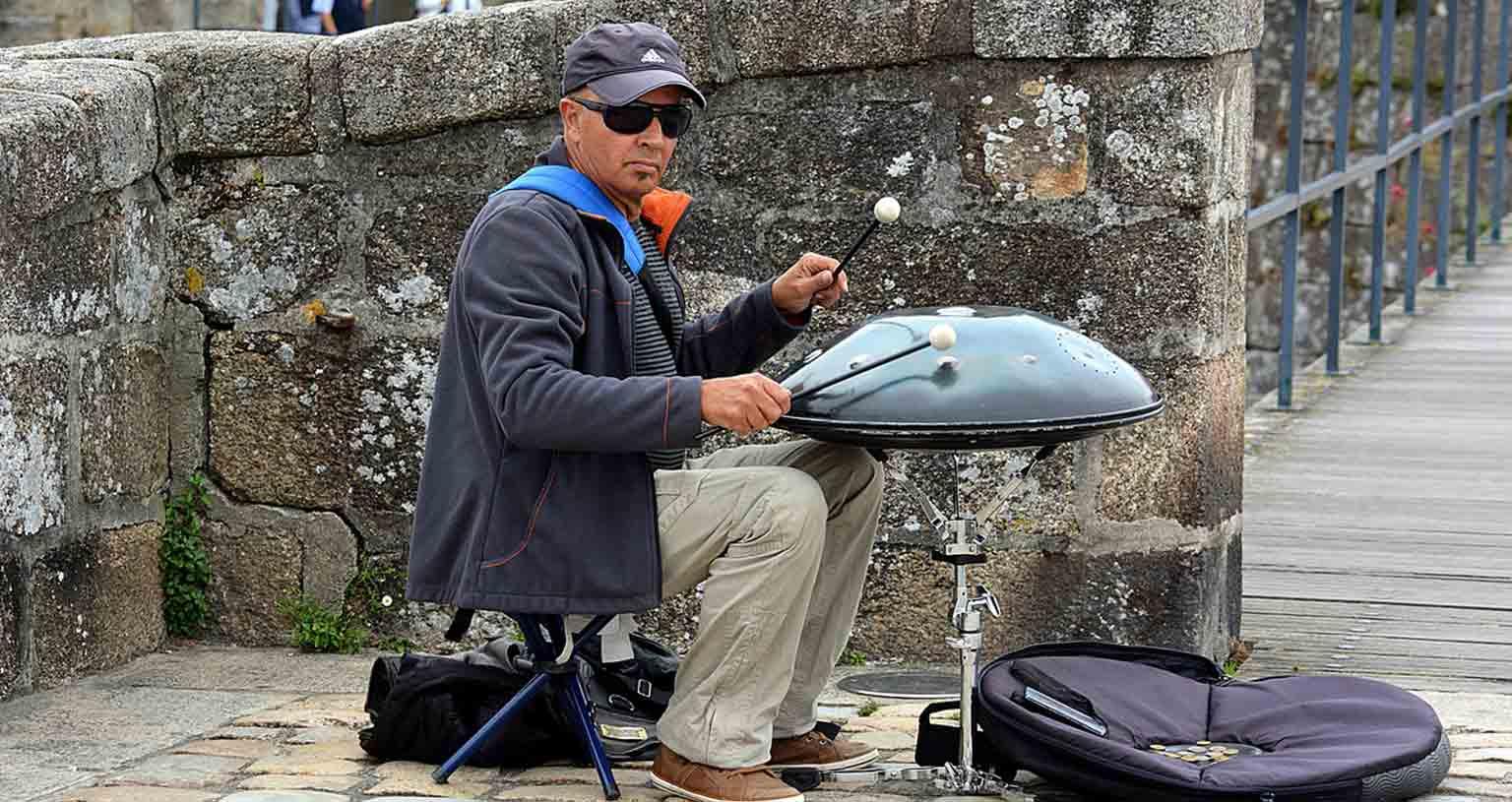 arbeiten-unterwegs-geld-verdienen-vanlife-strassenmusiker