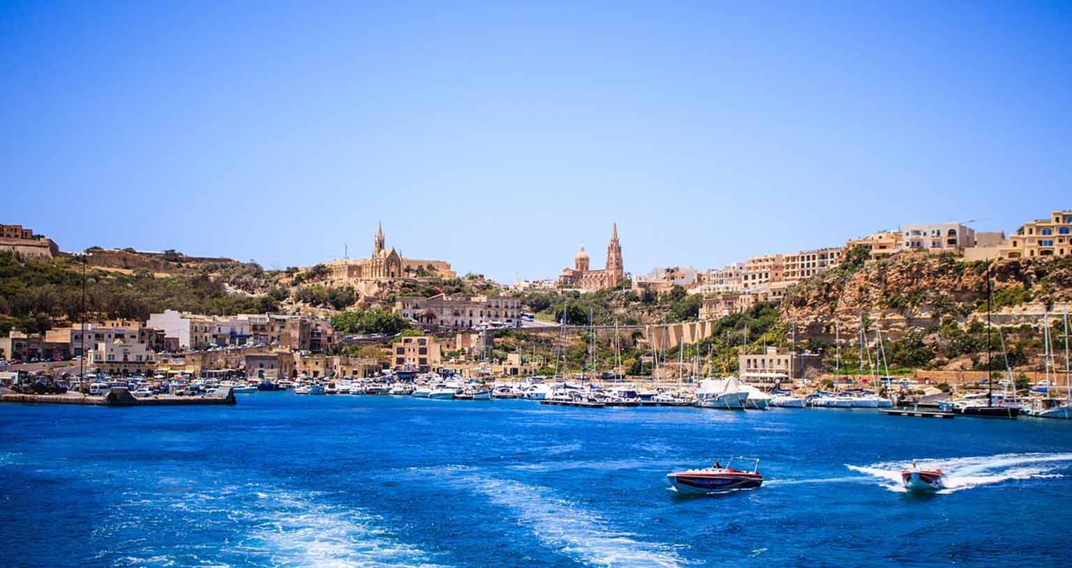 malta-vanlife-freistehen-felsen-boot