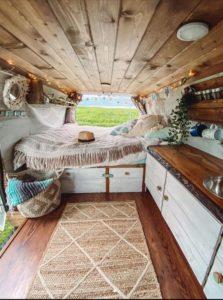 Camperausbauten - Vanlife -Reisen - Fat.Freddy - Holzausbau - Bett - Küchenzeile